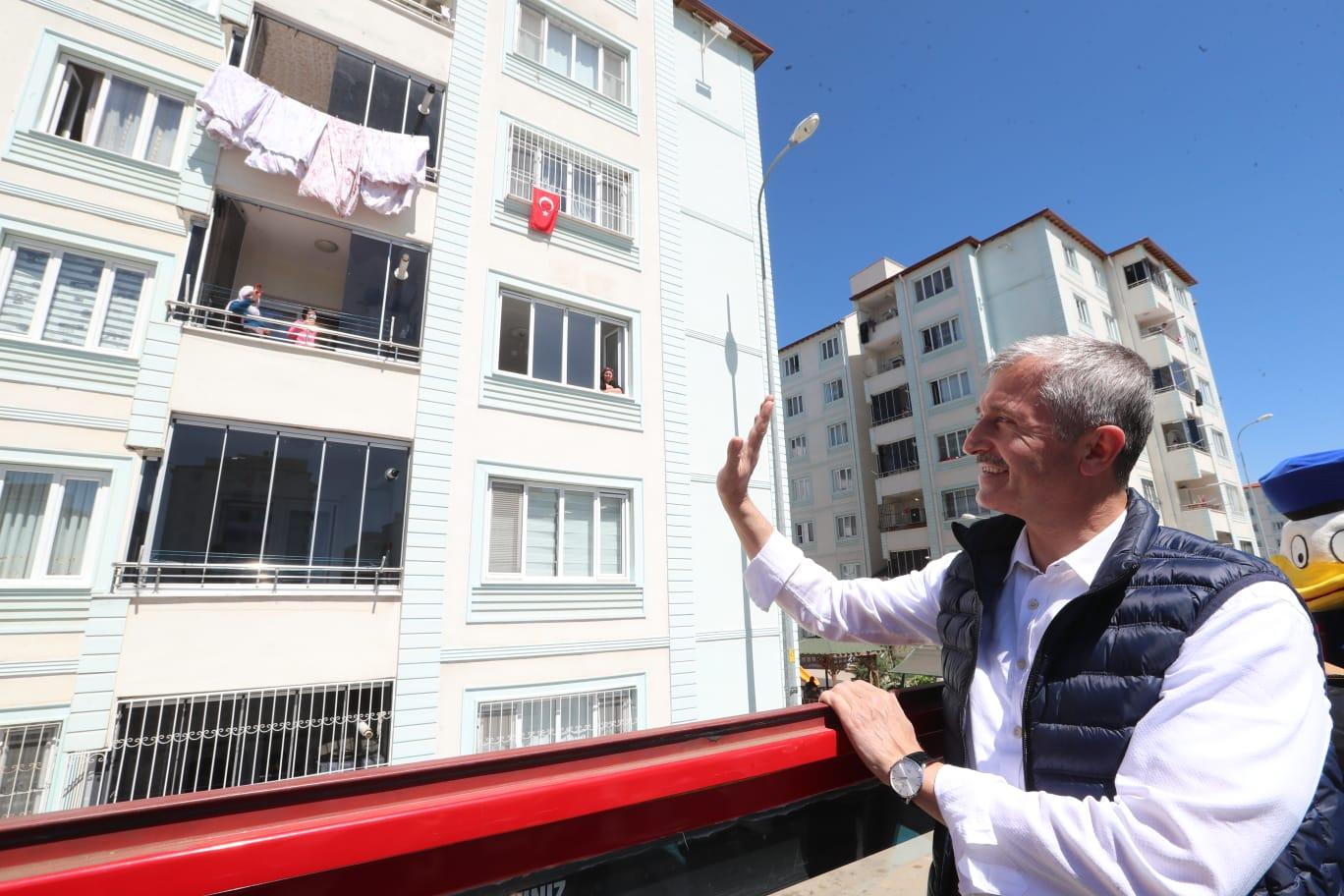 ŞAHİNBEY'İN 23 NİSAN KORTEJİNE BALKONLARDAN HALK COŞKUSU